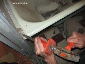 сбить керамический бордюр вокруг ванны