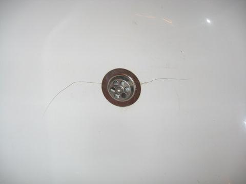 трещина у слива на акриловом вкладыше для ванн